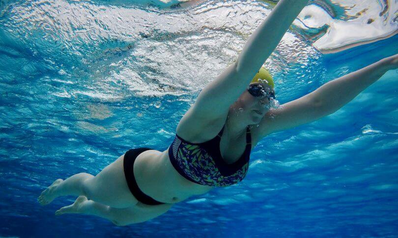 Brustschwimmen und der Kopf unter Wasser