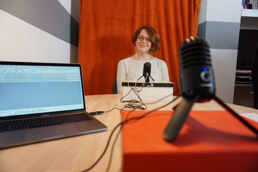 Kathi im neuen Büro beim Podcast aufnehmen