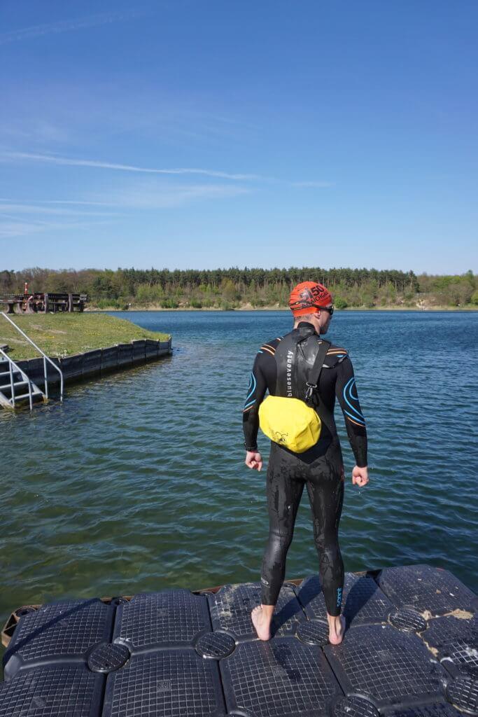 Drybags Test: Umgehängt an einem Schwimmer