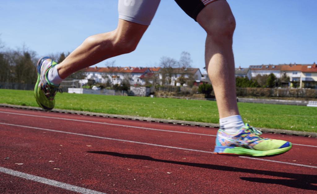 Knieschmerzen beim Laufen durch die Tartanbahn