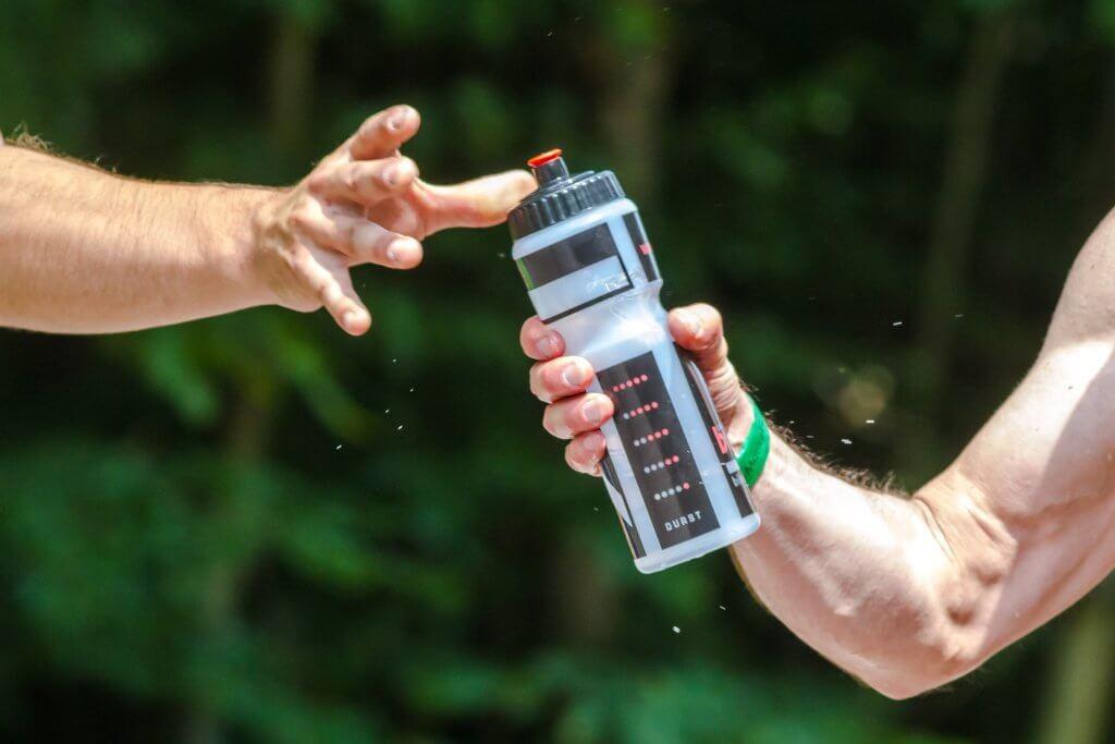 Triathlon Ernährung - Wasser anreichen