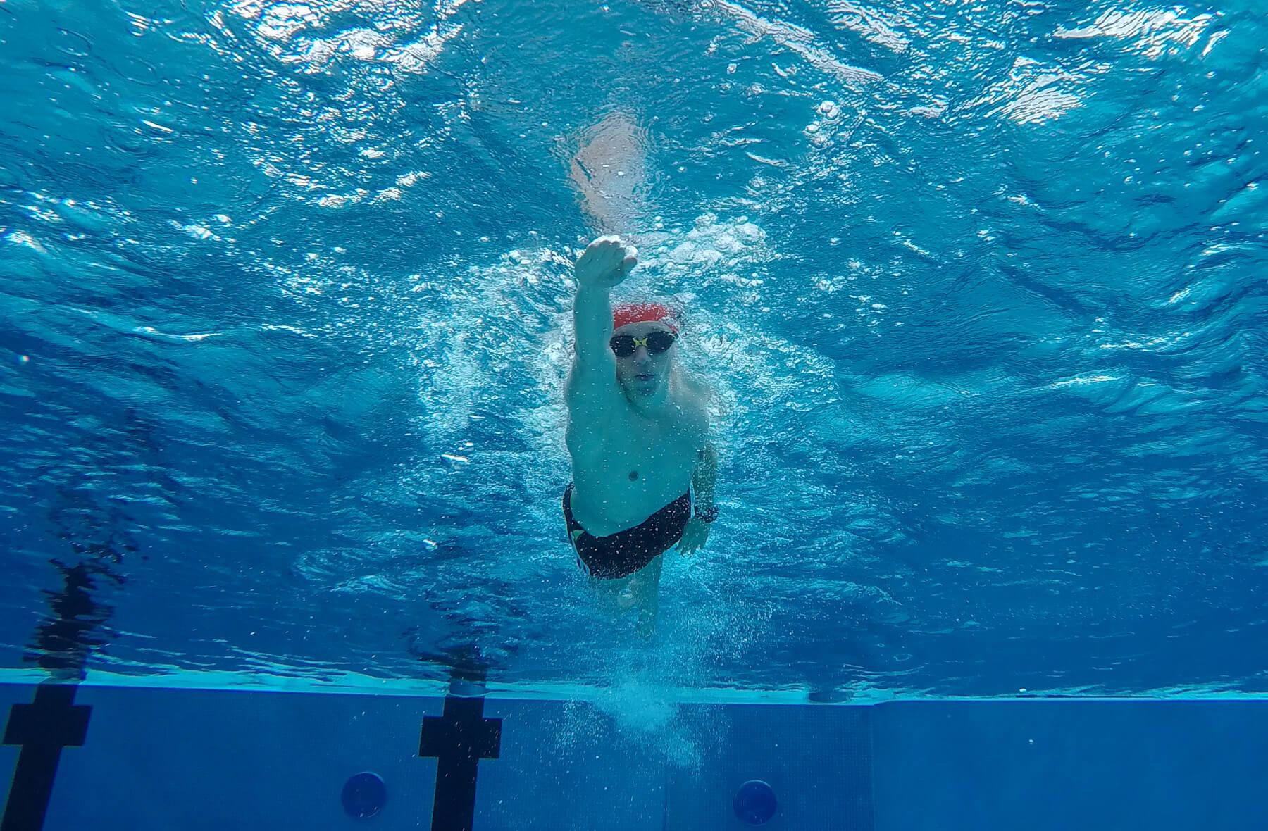 Schneller schwimmen: Die richtige Handhaltung beim eintauchen