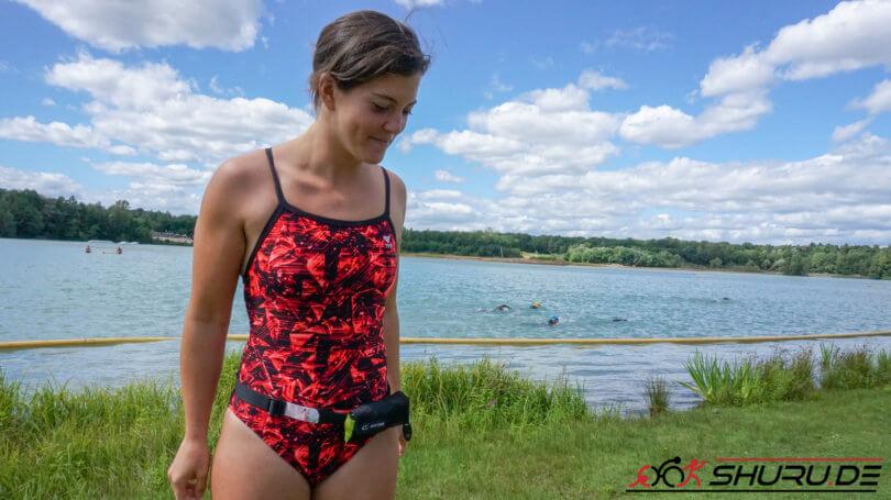 Isa vor See mit Athleten im Wasser