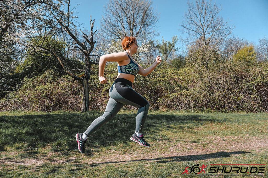 Kathi läuft durch Wiesen