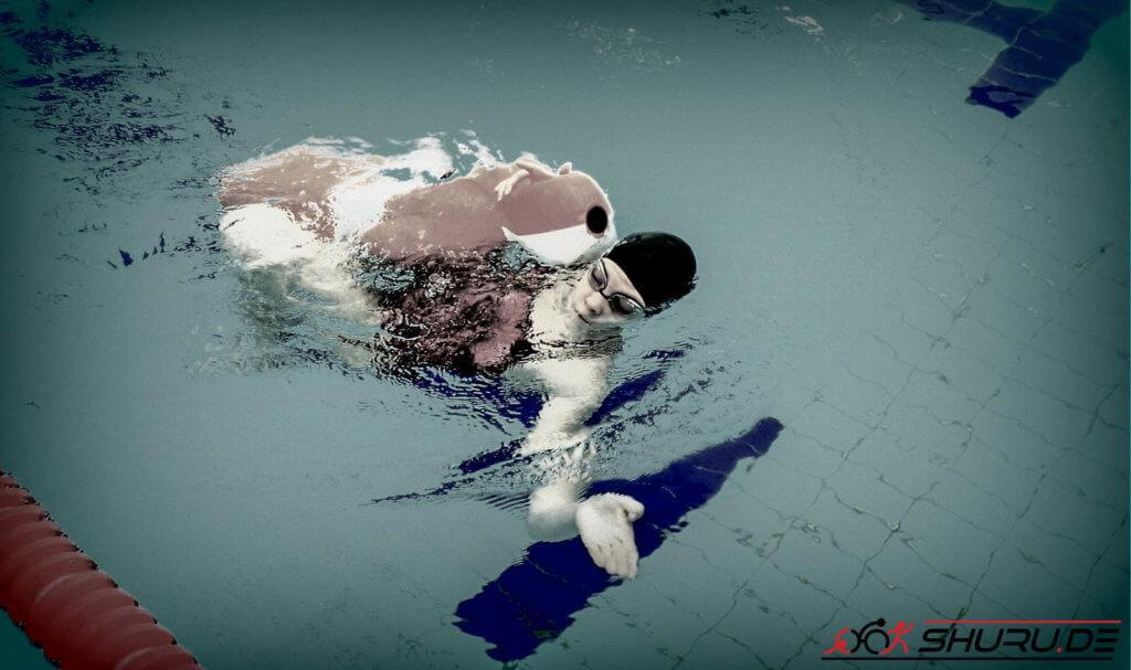 Rettungssport: Puppe schwimmen in Rückenlage
