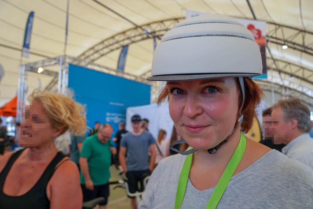VELO Frankfurt 2018 - Kathi probierte einen modisch schicken Helm an