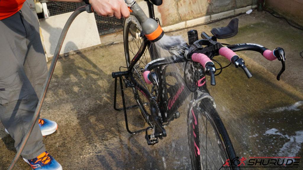 Fahrrad Pflege mit Wasser abspritzen